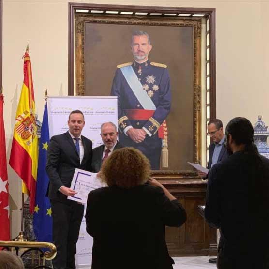 Pedro Albares recibe el premio de la AEDEEC
